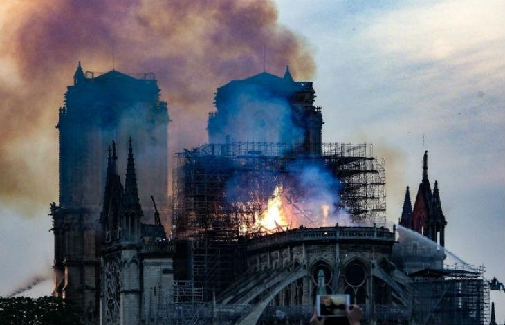 """Antifa et extrême gauche se réjouissent de l'incendie de Notre-Dame """"La seule église qui illumine est celle qui brûle"""""""