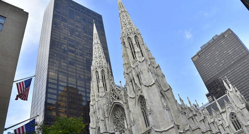 Un homme arrêté avec des jerricanes d'essence et un briquet dans la cathédrale de New-York
