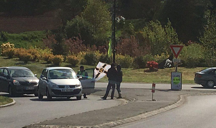 Côtes d'Armor: un drapeau fasciste flotte aux côtés d'un drapeau jaune sur un rond point breton