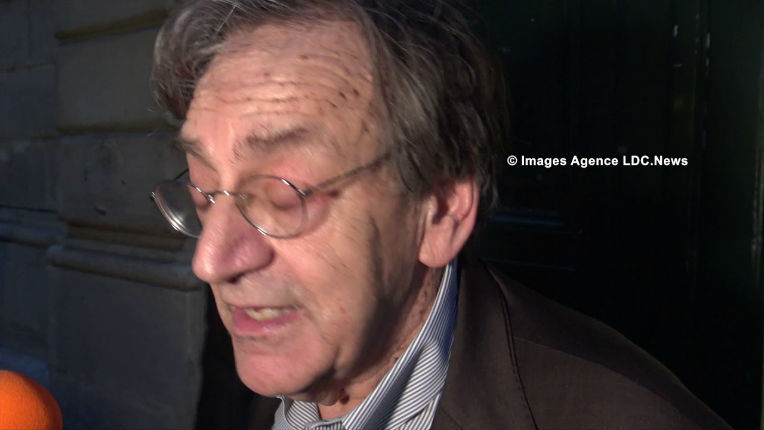 Alain Finkielkraut devant Sciences Po