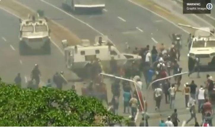 [Vidéo] Venezuela: un véhicule blindé fonce sur un groupe de manifestants qui protestaient contre Nicolas Maduro