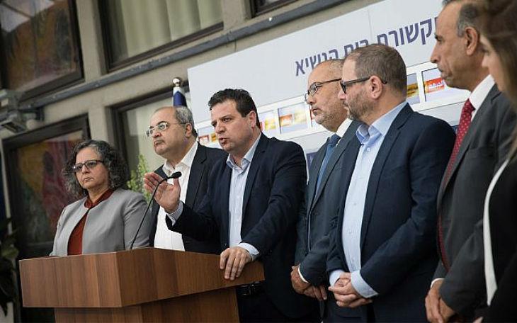 Israël : 21e Knesset, les trois députés arabes quittent la salle pendant l'hymne israélien
