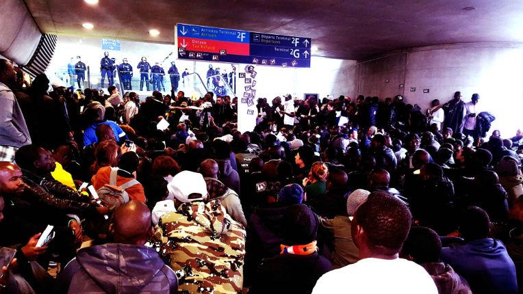 500 clandestins ont envahi l'Aéroport de Roissy et exigent l'arrêt des expulsions : « La France, c'est pas aux Français ! Toute l'Afrique a le droit d'être ici ! » (Vidéo)