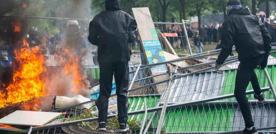 Premiers heurts entre police et black blocs avant la manifestation du 1er mai à Paris (Vidéo)