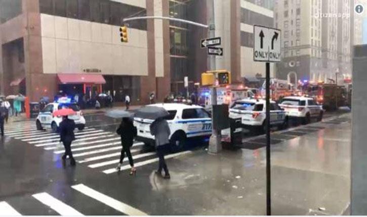 New York: un hélicoptère heurte un immeuble à Manhattan