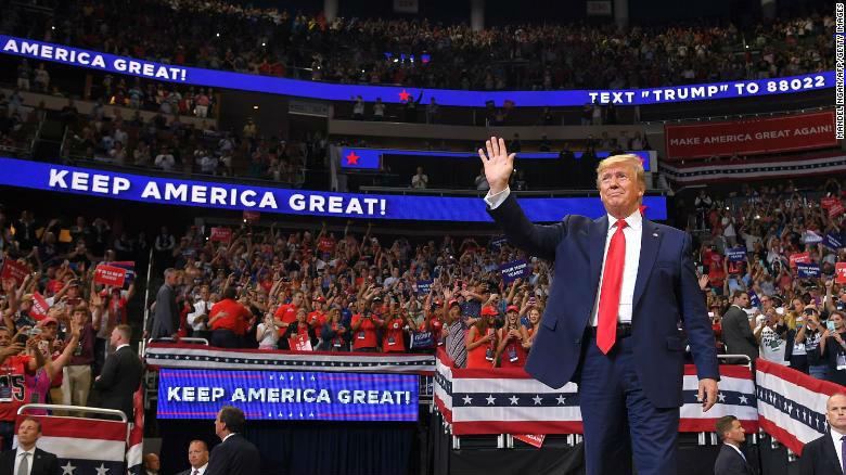 Trump annonce sa réélection – oups ! – sa candidature pour un second terme. 120 000 inscrits, 40 heures de queue, 20 000 personnes dans un stadium (Photos)