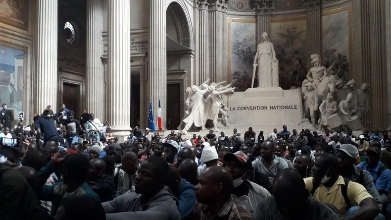 Des centaines de migrants clandestins occupent le Panthéon pour exiger les «mêmes droits que les Français», des papiers et des logements (Vidéos)