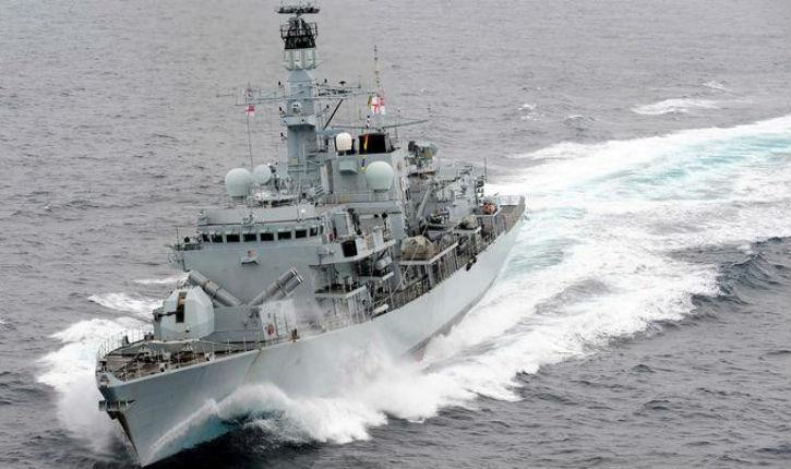 Une frégate britannique vient au secours d'un pétrolier en pointant ses armes sur les navires iraniens