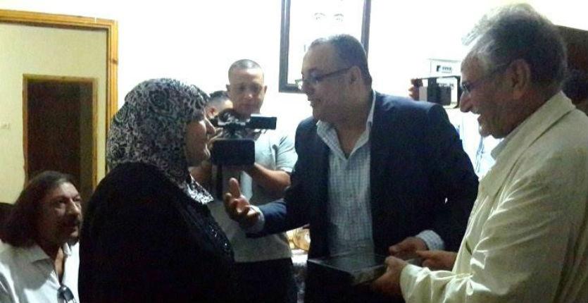 Le ministre palestinien de la Culture rend visite à la mère de six terroristes : «Vous êtes un modèle»