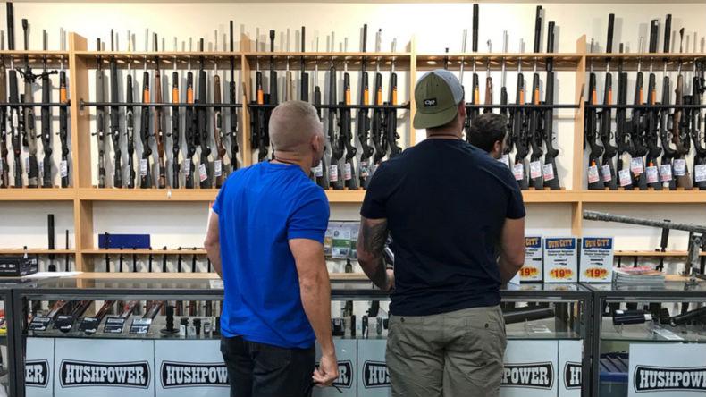 des fusils dans une armurerie