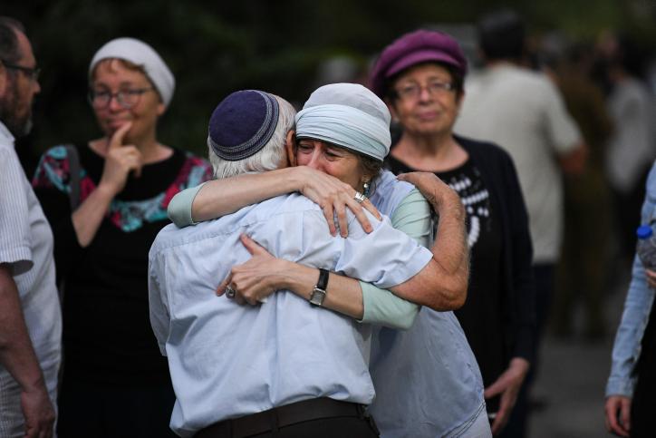 Les Arabes célèbrent l'assassinat de l'adolescent juif en tirant des feux d'artifice pendant et près du lieu de ses funérailles (VIDÉO)
