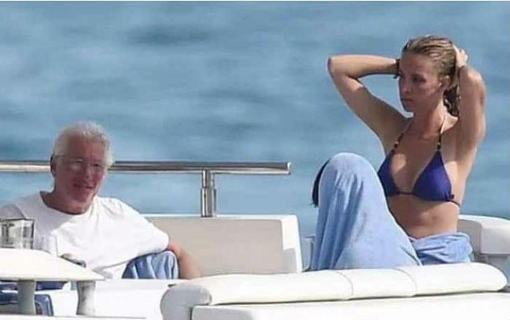 Après avoir fait son show avec les migrants, Richard Gere profite de la vie sur un yacht de luxe, entouré de jolies filles et de coupes de champagne