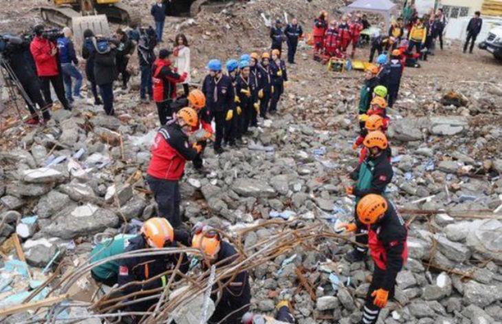 Tremblement de terre à Istanbul, les islamistes accusent les femmes d'avoir provoqué la colère d'Allah