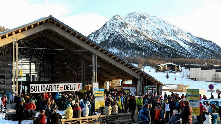 Hautes-Alpes: Les ONG «passeurs» de migrants se plaignent que la police «leur met des bâtons dans les roues»