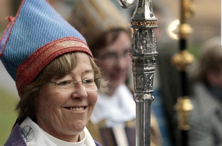 La première femme évêque lesbienne ordonne à l'Église de retirer la croix et d'insérer des symboles islamiques