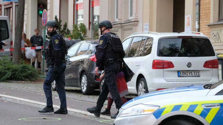 Attaque de la synagogue à Halle en Allemagne: 3 fusillades dans a ville. Au moins deux morts. Les terroristes recherchés