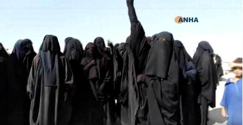 Syrie: 50 femmes de Daesch hurlant Allah Akbar jugent celles qui ont renié l'esprit de Daesch (Vidéo)