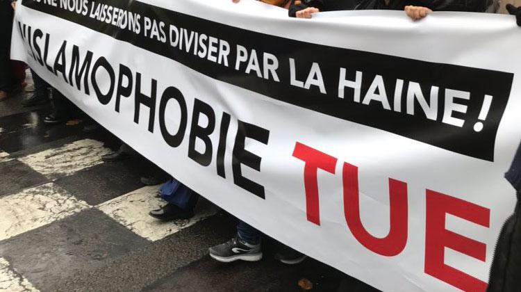 Les manifestants contre «l'islamophobie» défilent sous les cris d' «Allah Wakbar», de drapeaux palestiniens et maghrébins