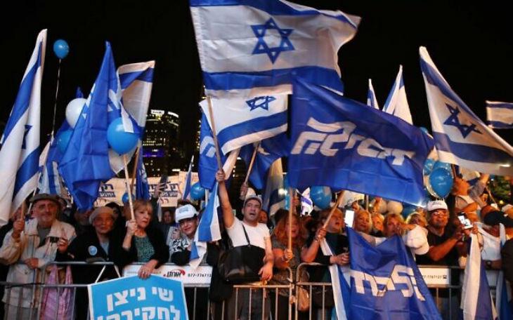 Des milliers d'Israéliens de tout le pays manifestent en soutien à Netanyahu «Bibi, le peuple est avec toi», «les traîtres de gauche détestent le drapeau», «le procureur est un terroriste»