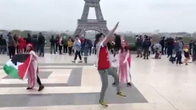 Un militant palestinien fait le salut nazi en toute impunité sur le parvis du Trocadéro (Vidéo)