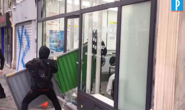 [Vidéo]Gilets jaunes: deux policiers se sont retranchés dans une laverie pour échapper à des manifestants violents