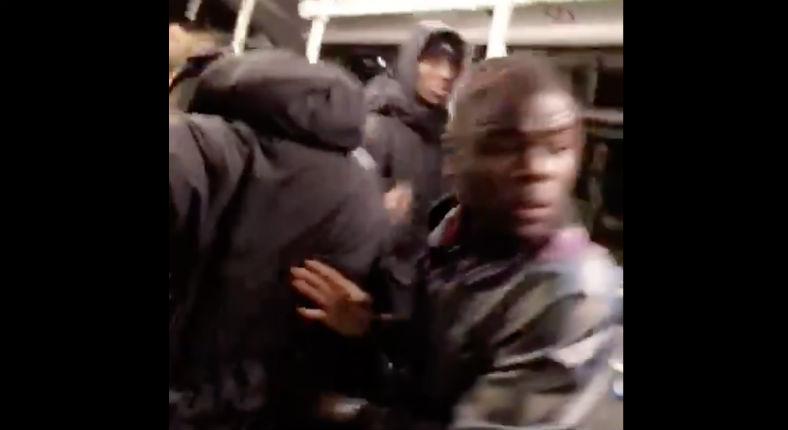Agressé par des racailles, un «vieux» utilise sa bombe lacrymogène pour les faire fuir dans le bus (Vidéo)