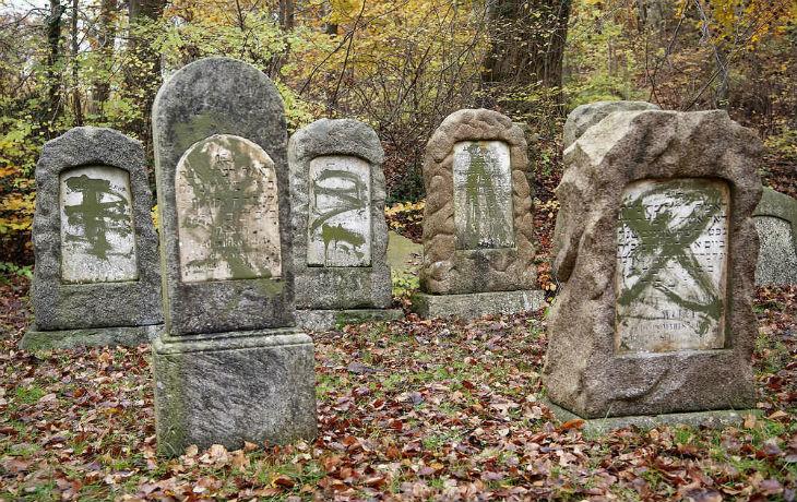 Plus de 80 pierres tombales juives profanées et tagguées, des maisons marquées d'une étoile jaune au Danemark