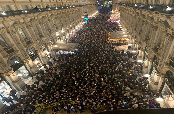 Milan: des milliers d'Italiens dans la rue pour soutenir une survivante d'Auschwitz victime d'attaques antisémites (Vidéo)