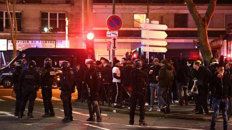 PSG – Galatasaray : incidents entre supporters parisiens et turcs autour du Parc au cri d' « Allah Akbar ». Un homme lynché par des turcs (Vidéo)
