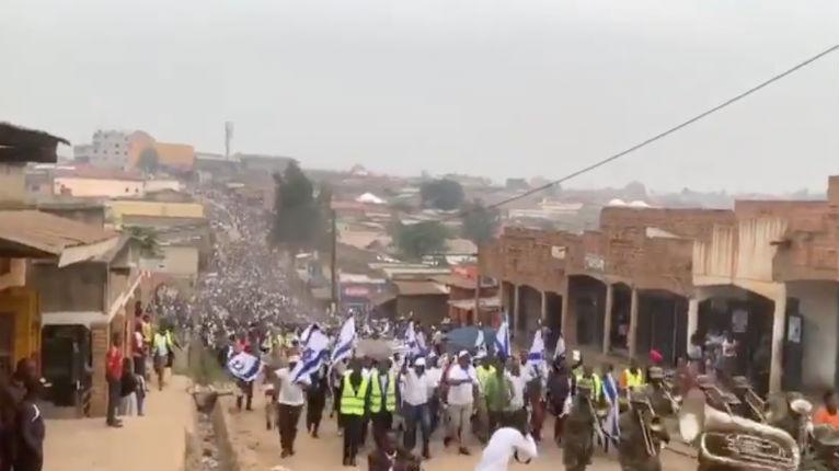 L'Ouganda va transférer son ambassade à Jérusalem. Des milliers de chrétiens d'Ouganda ont marché et prié pour Israël (Vidéo)