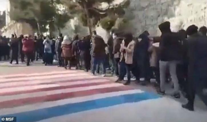 Iran: les étudiants de Téhéran refusent de marcher sur les drapeaux américain et israélien