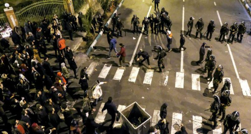 Iran : la police iranienne tire sur le peuple qui manifeste contre le régime et non contre l'Amérique ou Israël (vidéo)