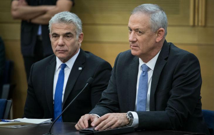 Les leaders Gantz et Lapid attaquent la relation Netanyahu-Trump, laissant entrevoir leur incompétence diplomatique