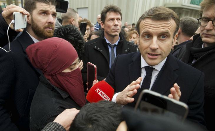 Emmanuel Macron livre un discours sur le «séparatisme islamiste» à Mulhouse… mais «en même temps» il fait une photo avec une femme en niqab…