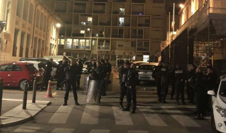 Marseille : 60 extrémistes de gauche et des « jeunes » immigrés attaquent un commissariat de police pour tenter de libérer des voleurs
