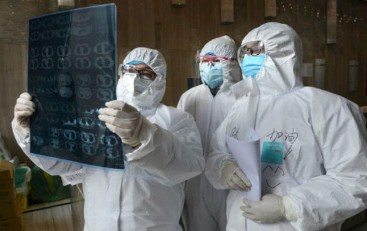 Comme tous les virus, le coronavirus mute et s'adapte aux ethnies, « lorsqu'il arrive dans un nouveau pays, il s'adapte aux mœurs en vigueur »