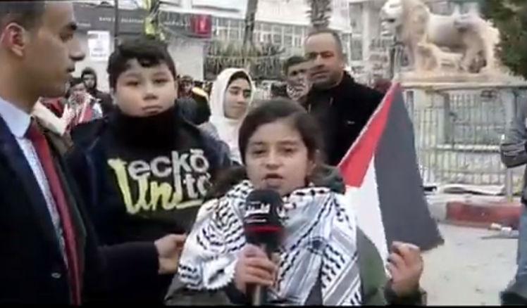Une enfant palestinienne de 10 ans récite un « poème » dédié à Trump : « si tu veux, nous te déclarerons la guerre, fils de chien » (Vidéo)