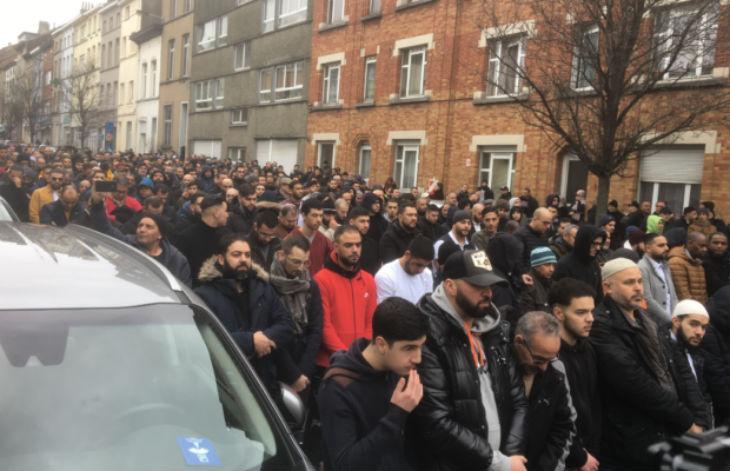 Près de 10 000 Musulmans dans les rues de Molenbeek pour rendre hommage au prédicateur islamiste Rachid Haddach accusé de radicalisme (Vidéo)