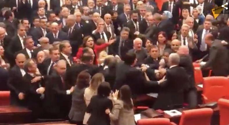Bagarre générale au parlement turc à cause de l'opération militaire en Syrie (Vidéo)