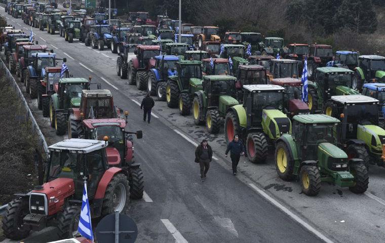 Grèce : les fermiers aident les policiers et les militaires à patrouiller la frontière pour stopper l'arrivée massive de migrants (Vidéo)