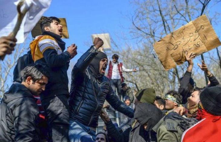 """L'UE et la Grèce """"offrent"""" 2 000 euros aux migrants pour les aider à rentrer chez eux"""