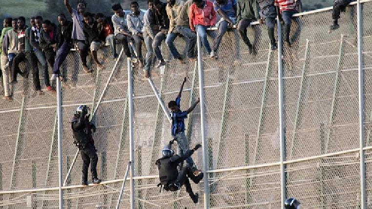 Espagne : en pleine crise du coronavirus, 260 migrants lancent un assaut massif et violent contre la frontière de Melilla