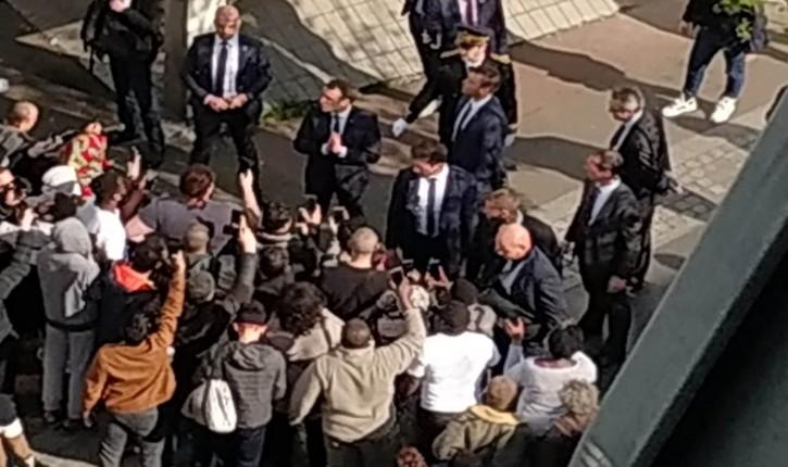 [Vidéo] Confinement: la visite de Macron a attiré à Pantin des dizaines de personnes, qui se sont entassées pour l'apercevoir