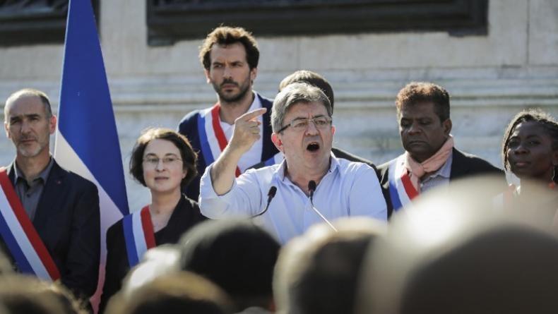 Le député de la France Insoumise Bastien Lachaud, qui perçoit plus de 12 000 Euros par mois, se plaint de n'avoir « pas d'aide alimentaire », précisant que son loyer n'était « pas suspendu »