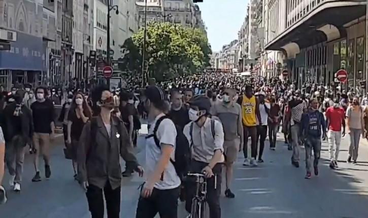 [Vidéo] Paris : malgré la manifestation interdite, une «Marche des solidarités» aux migrants a défilé pour demander la régularisation des sans-papiers