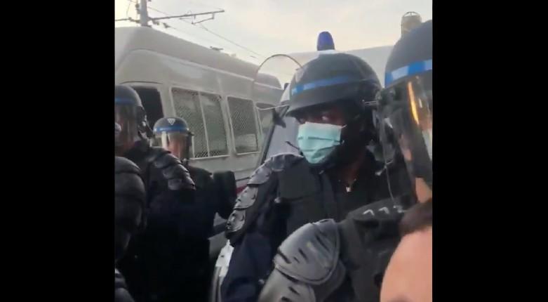 Manifestation interdite pour Adama Traoré : un policier noir traité de « vendu » par la foule (Vidéo)