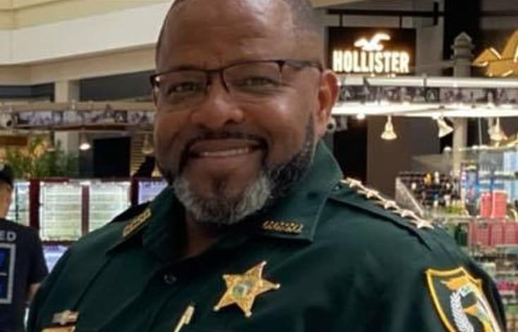 Le shérif de Floride recrute tous les « propriétaires légaux d'armes à feu » du comté pour faire face à Black Lives Matter et aux Antifa