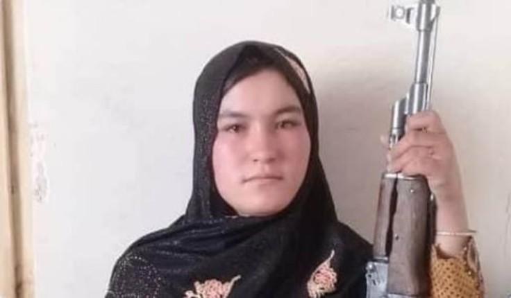 Une adolescente afghane devient une icône après avoir tué les deux talibans qui ont abattu ses parents