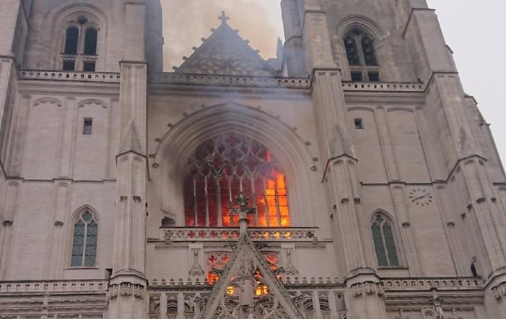 Incendie à la cathédrale de Nantes : 3 départs de feu, piste criminelle privilégiée. Un migrant Rwandais « travaillant pour le diocèse » en garde à vue
