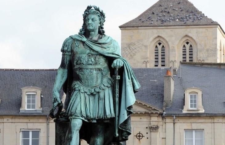 """[Vidéo] A Caen, des habitants protègent une statue de Louis XIV et se font traiter de """"fachos"""""""